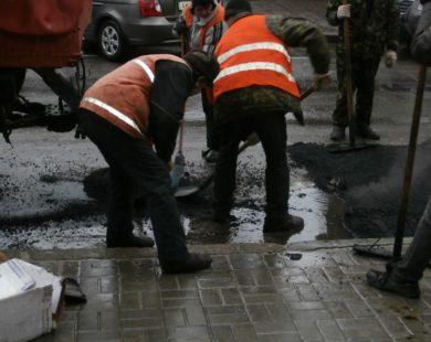 """""""Из говна и палок"""": поліція підозрює, що фірма депутата замість щебеню використовувало сміття під час ремонту доріг"""
